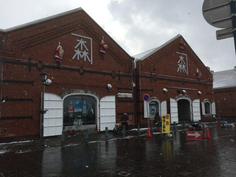 雪の中の函館赤レンガ倉庫