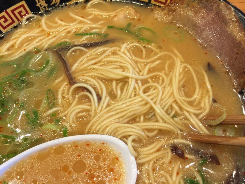 博多三氣のげん氣ラーメン(ピリ辛とんこつ)の麺