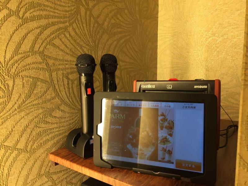 カラオケ部屋(JOYSOUND)のマイクとタッチパネル