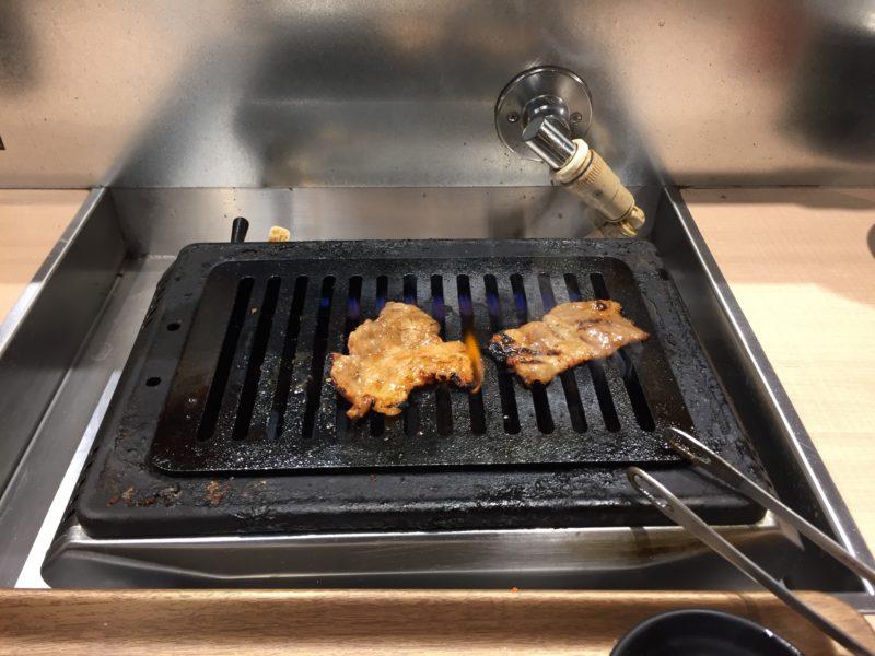 秘伝たれ熟成カルビを鉄板で焼く