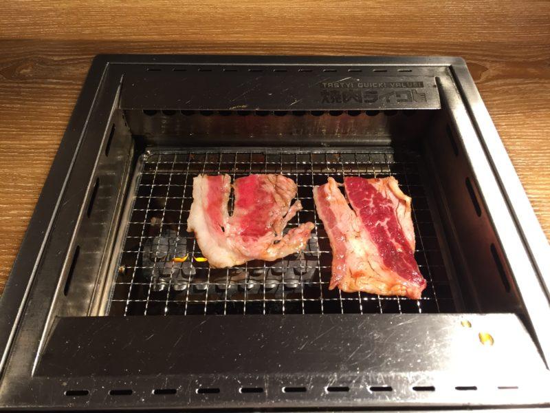お肉(カルビ)を焼く様子