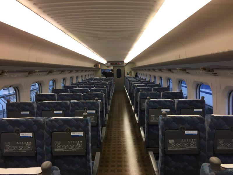 東海道・山陽新幹線の自由席(後方からの車内)